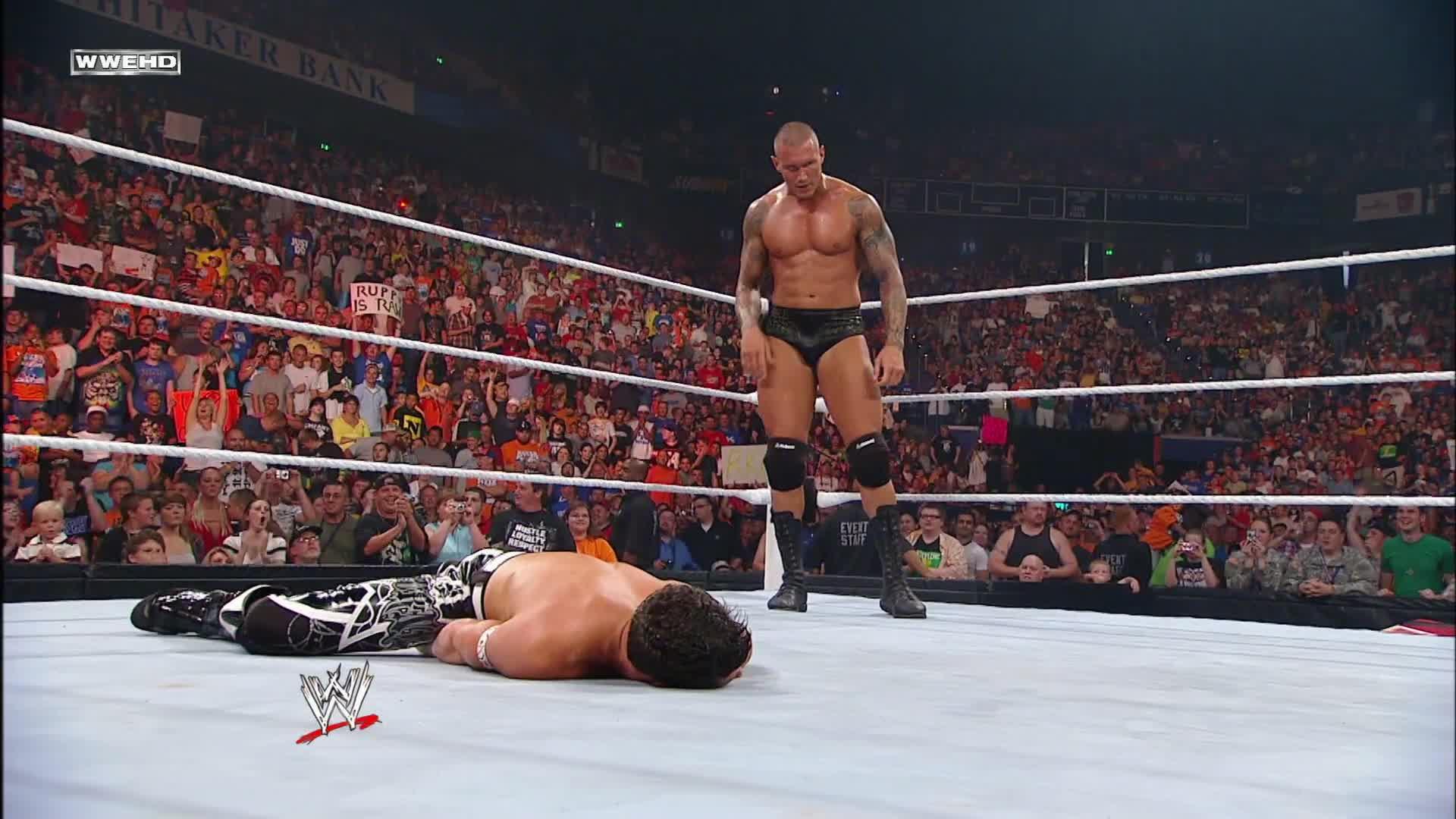 Randy Orton porte un RKO à Evan Bourne dans les airs: Raw, 12 juillet 2010