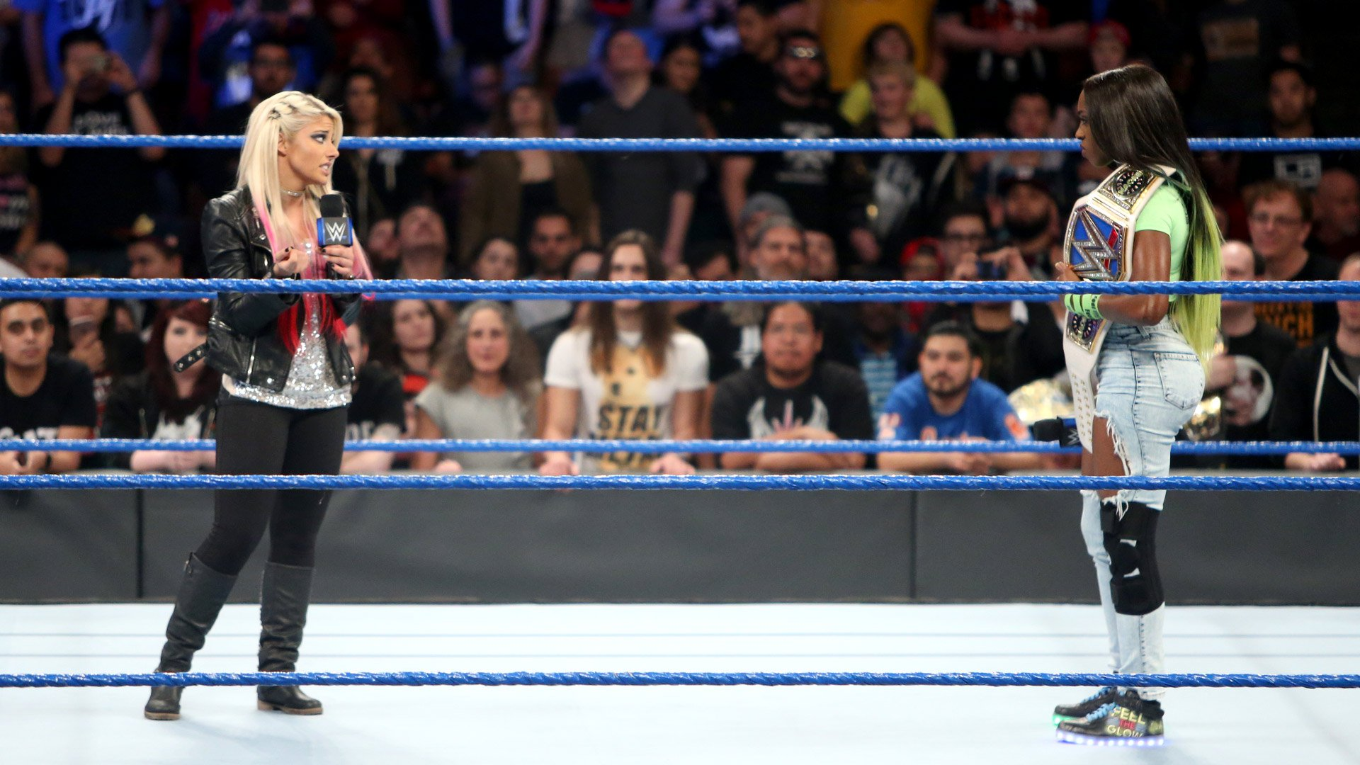 Alexa Bliss interrompt la Championne Féminine de SmackDown blessée Naomi: SmackDown LIVE, 14 fév. 2017