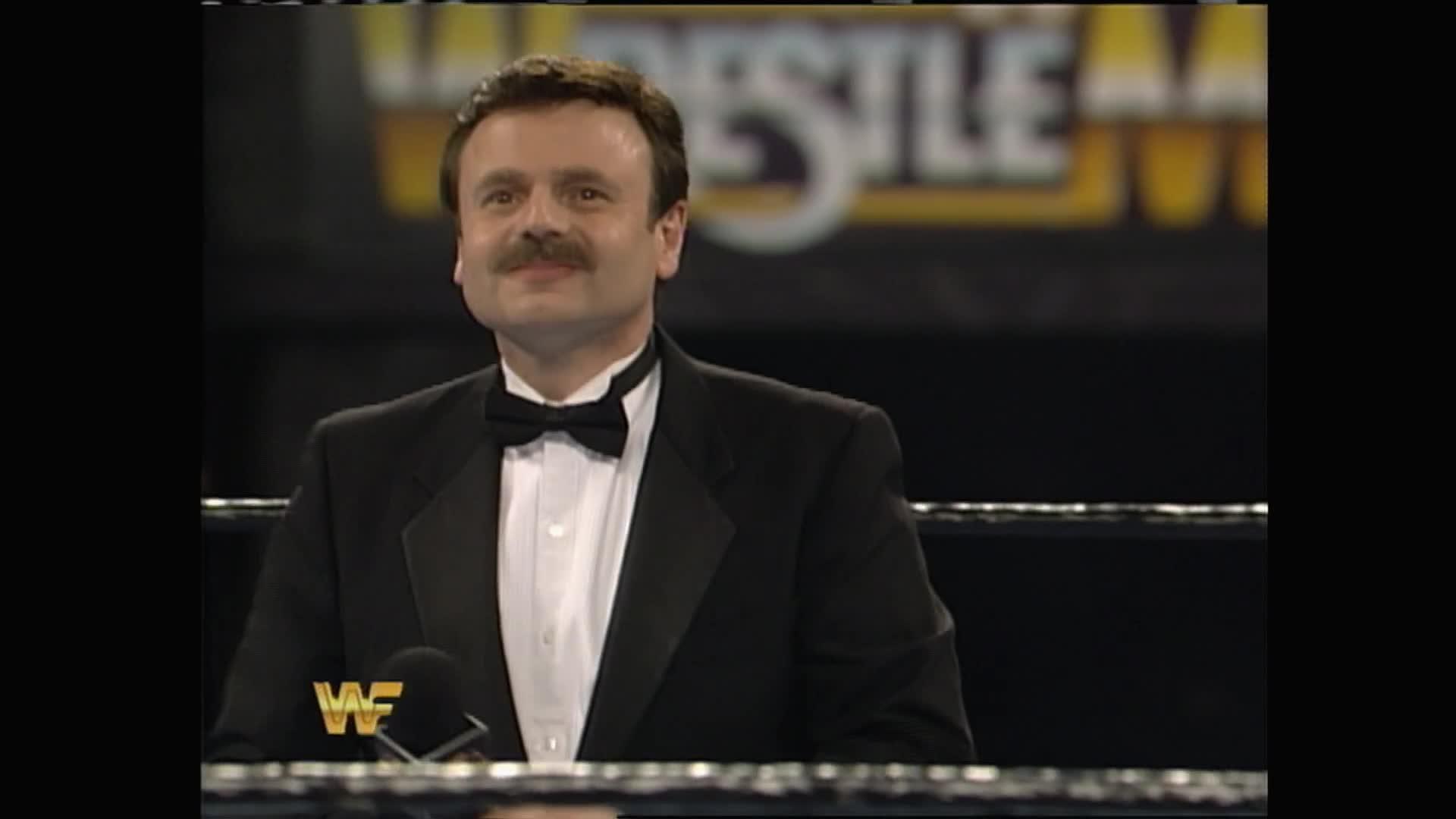 Le président de Hair Club for Men Sy Sperling présente Howard Finkel comme son nouveau client: WrestleMania X