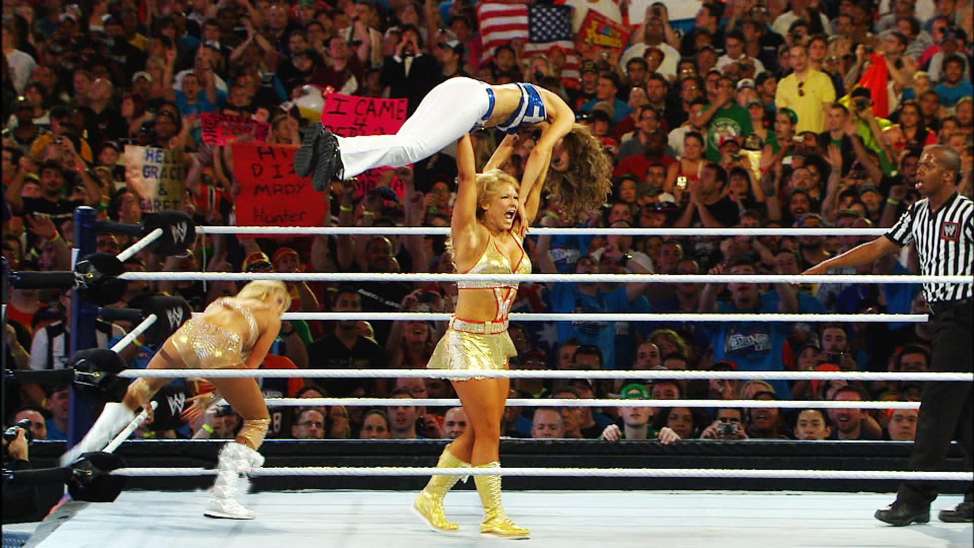 Maria Menounos décroche le tombé sur Beth Phoenix dans un match par équipes: WrestleMania XVIII