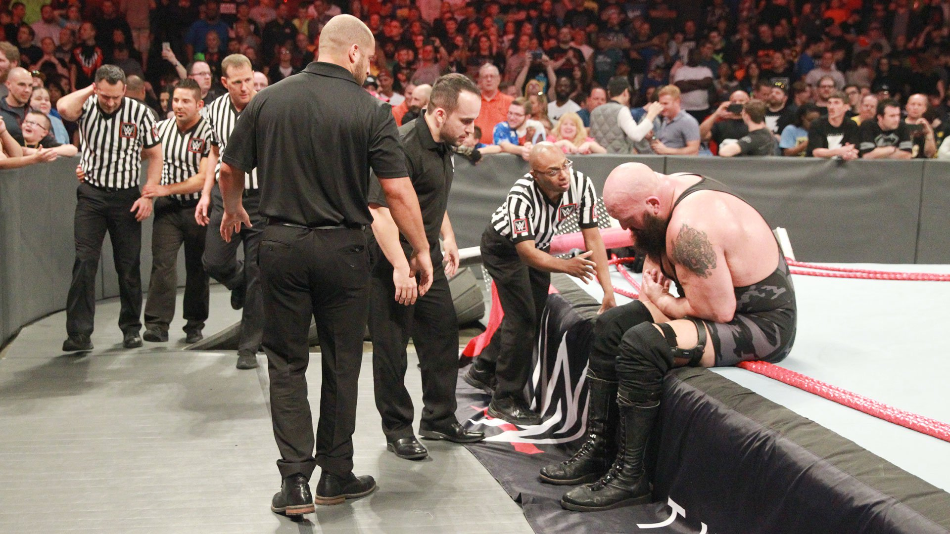 Big Show wychodzi z areny po groźnym starciu na Raw: WWE.com Exclusive 17.04.17