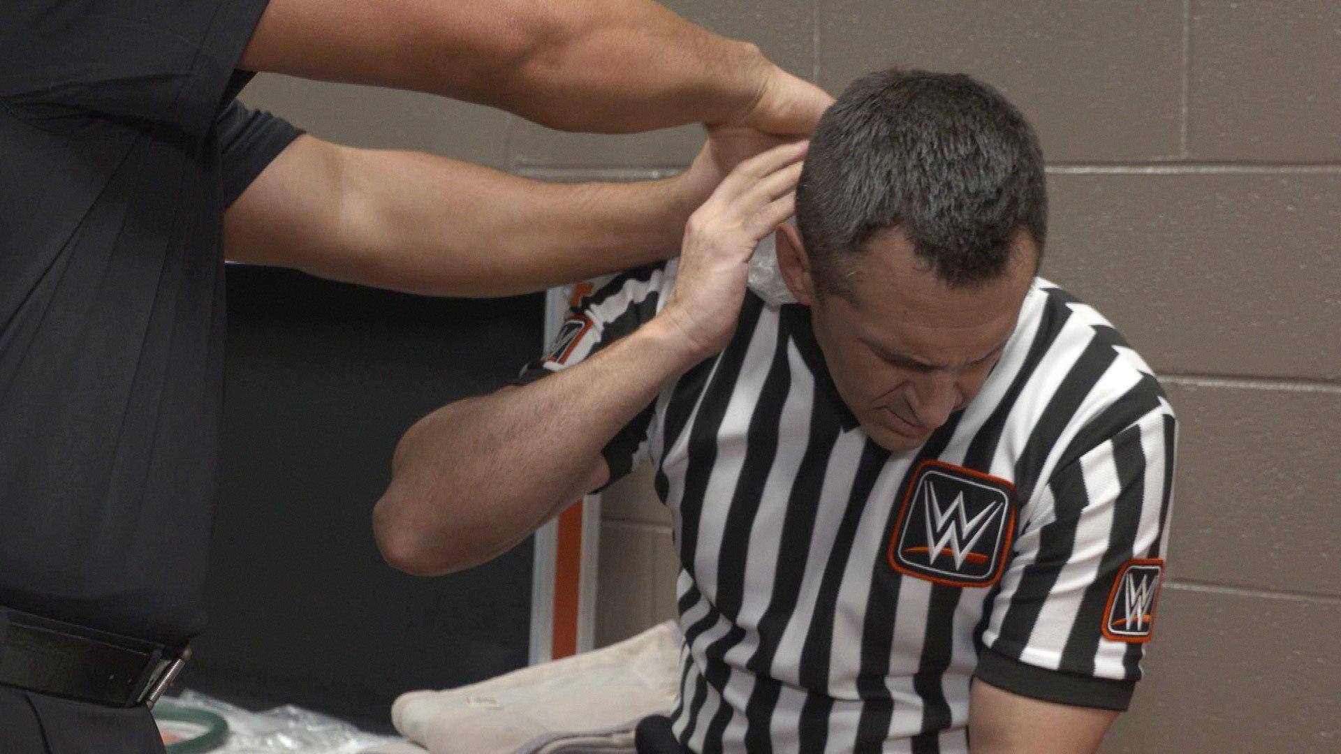 Sędzia John Cone kontuzjowany po starciu Big Showa i Brauna Strowmana: WWE.com Exclusive 17.04.17