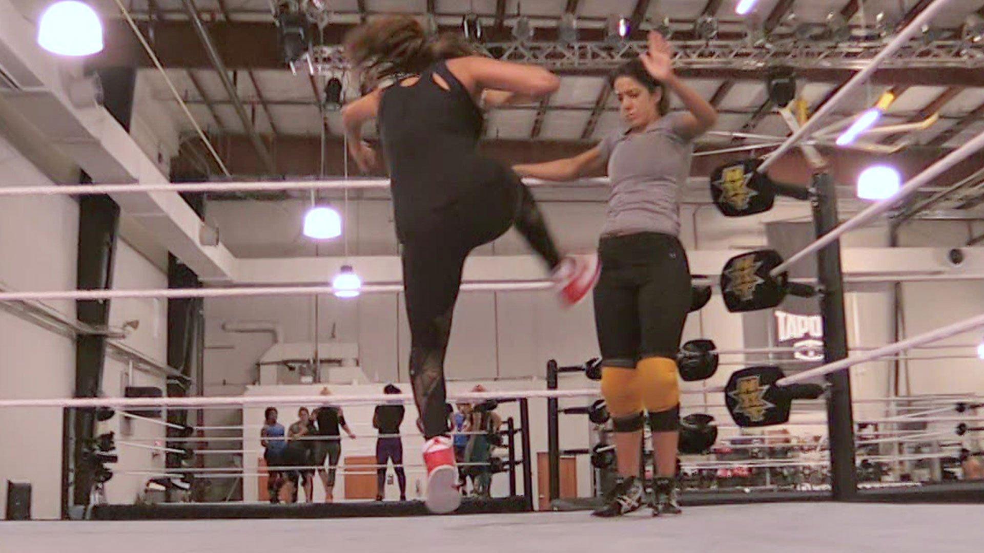 Nikki Bella s'entraîne avec Bayley: Total Divas, 3 mai 2017