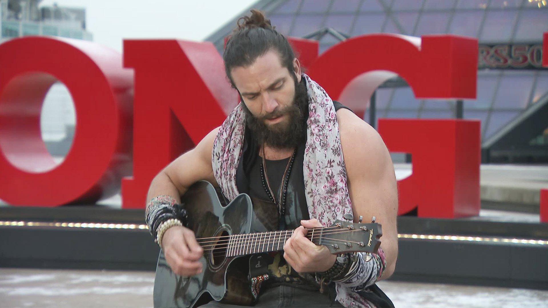 Elias joue devant le Hall of Fame Rock & Roll: Exclusivité WWE.fr, 11 Décembre 2017.