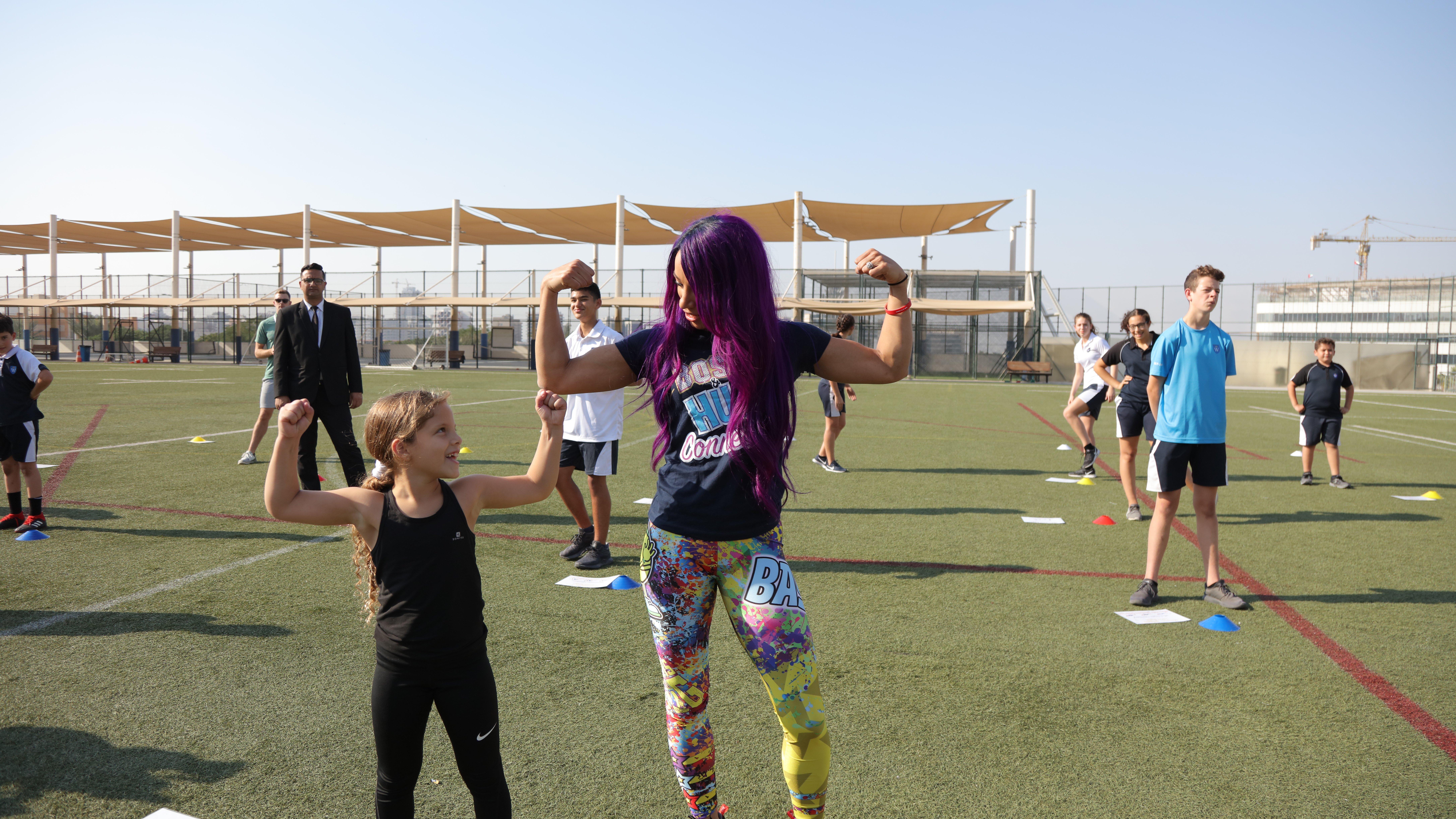Sasha Banks travaille avec les étudiants  de la GEMS Wellington Academy à Dubai