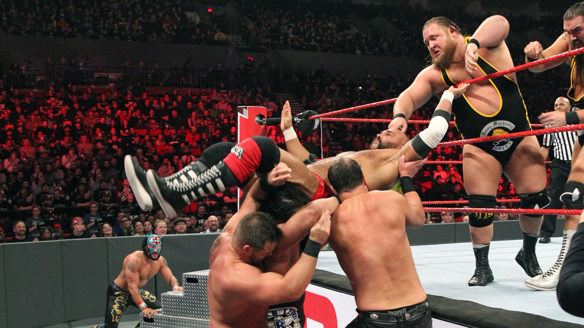 Lucha House Party vs. Heavy Machinery vs. The B-Team vs. The Revival - Match Four Corners par Équipes: Raw, 4 Fev 2019