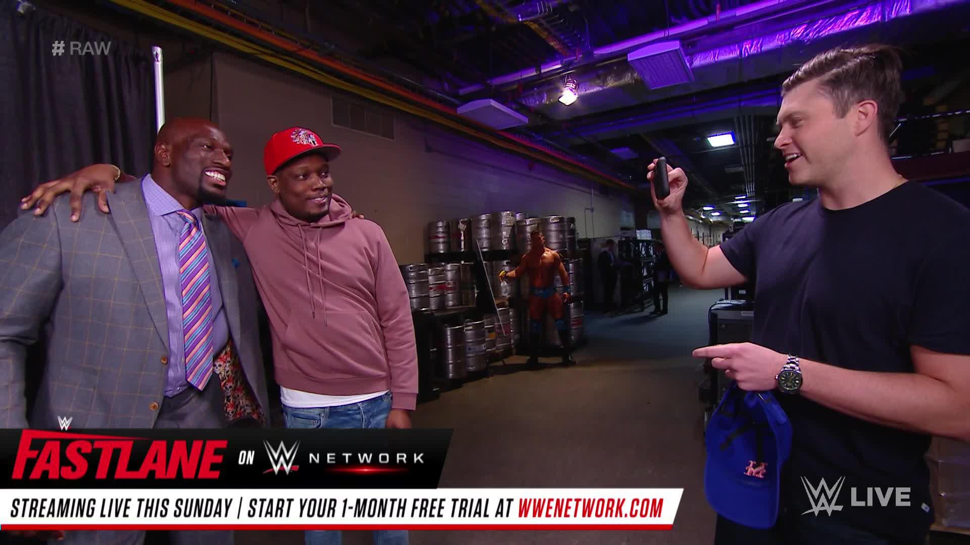 """Les stars du """"Saturday Night Live"""" Michael Che et Colin Jost font un tour dans les coulisses de Raw: Raw, 4 Mars 2019"""