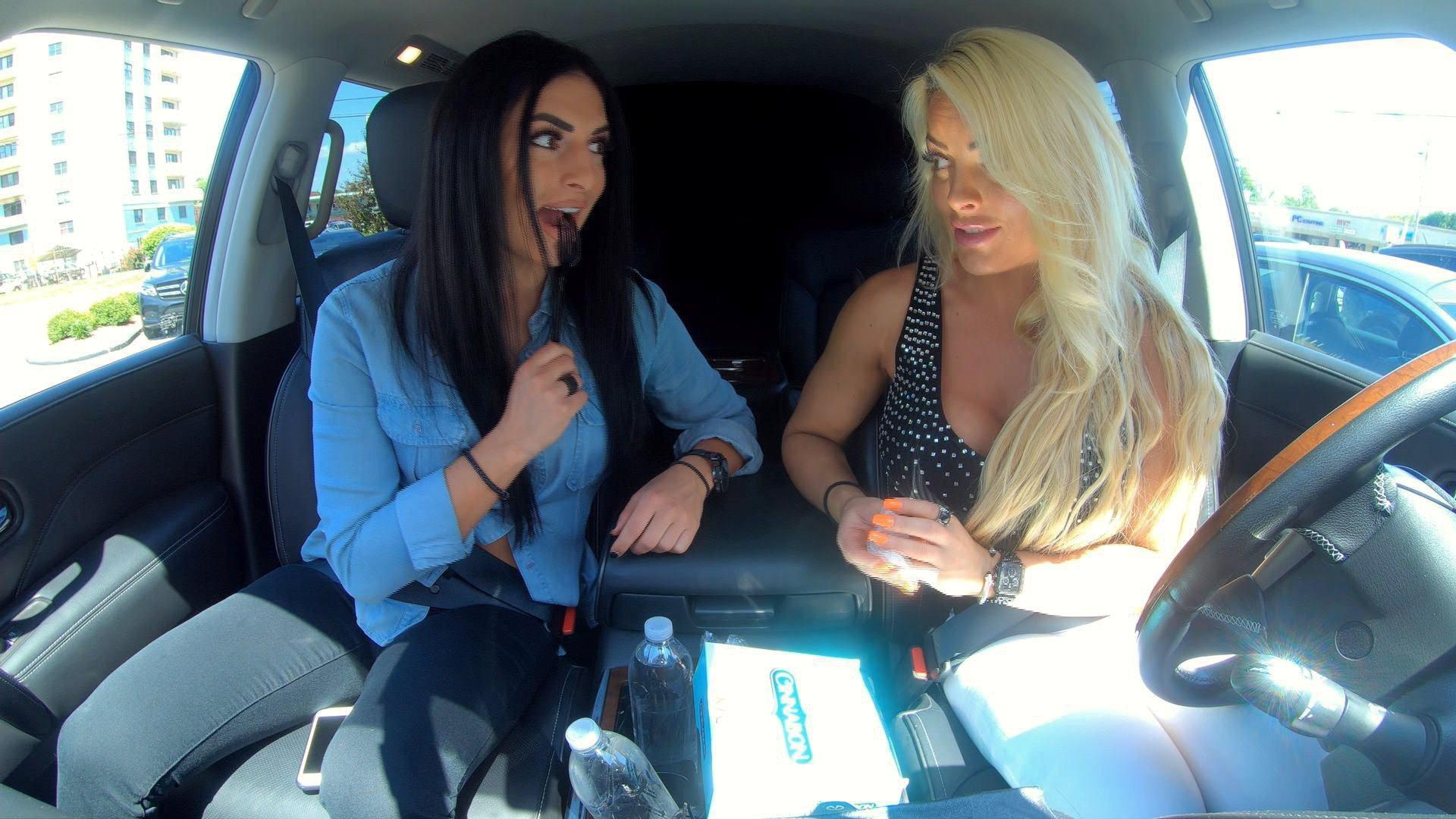 Mandy Rose et Sonya Deville essaient le dessert à la cannelle de KFC dans Ride Along