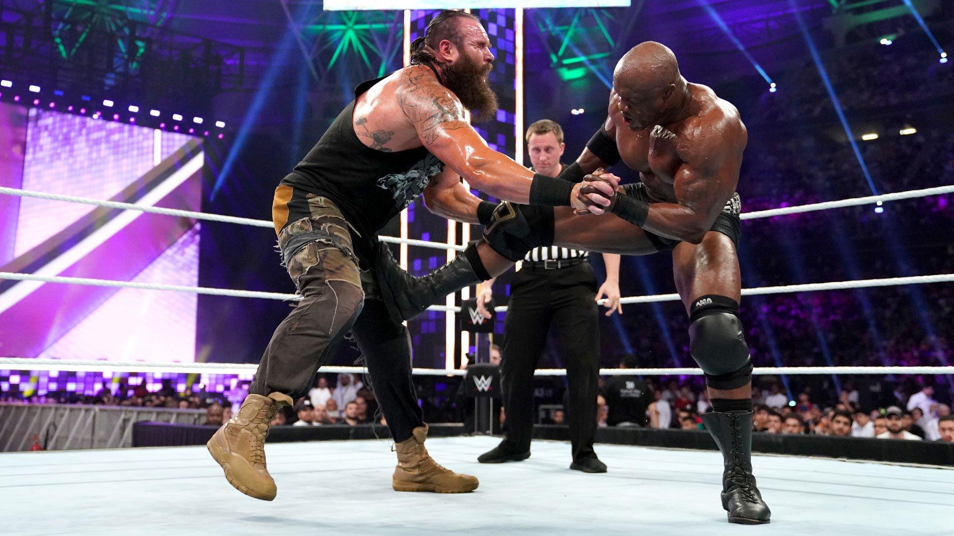 Lashley porte un Running Powerslam à Strowman: WWE Super ShowDown 2019