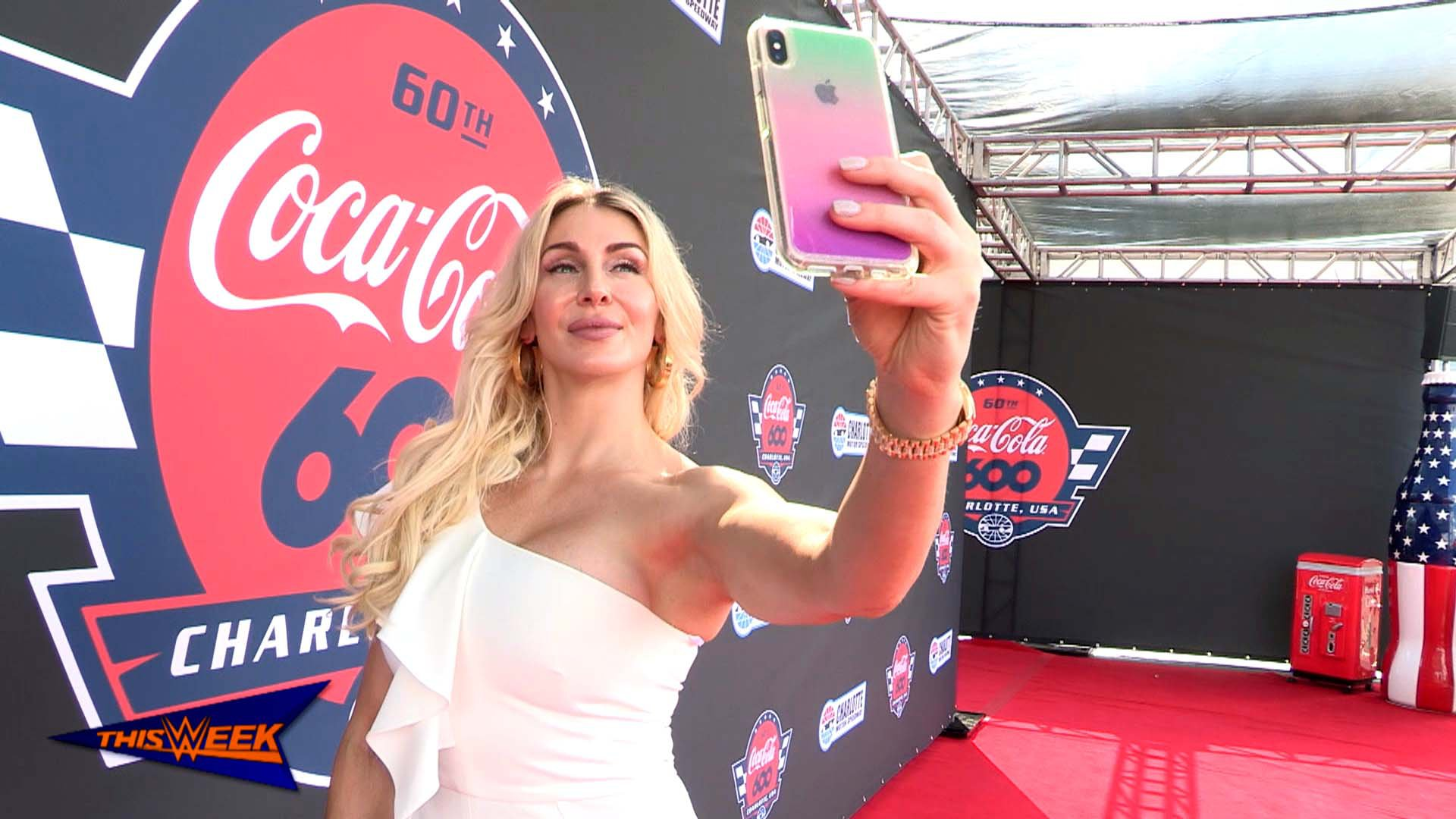 Charlotte Flair conduit la pace car au Coca-Cola 600