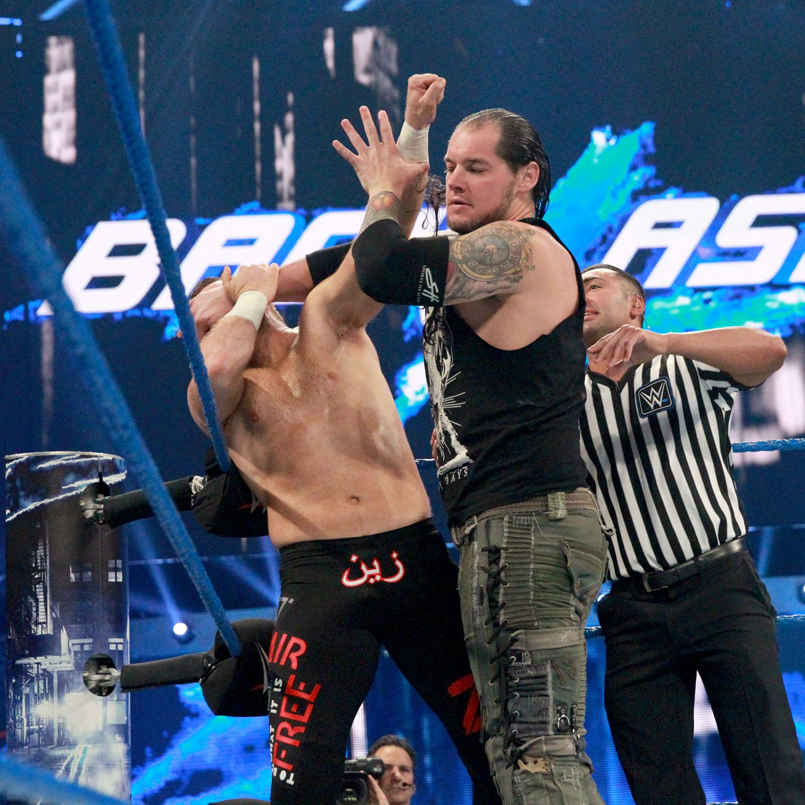 Baron Corbin immediately uses his size and strength to his advantage against Sami Zayn.