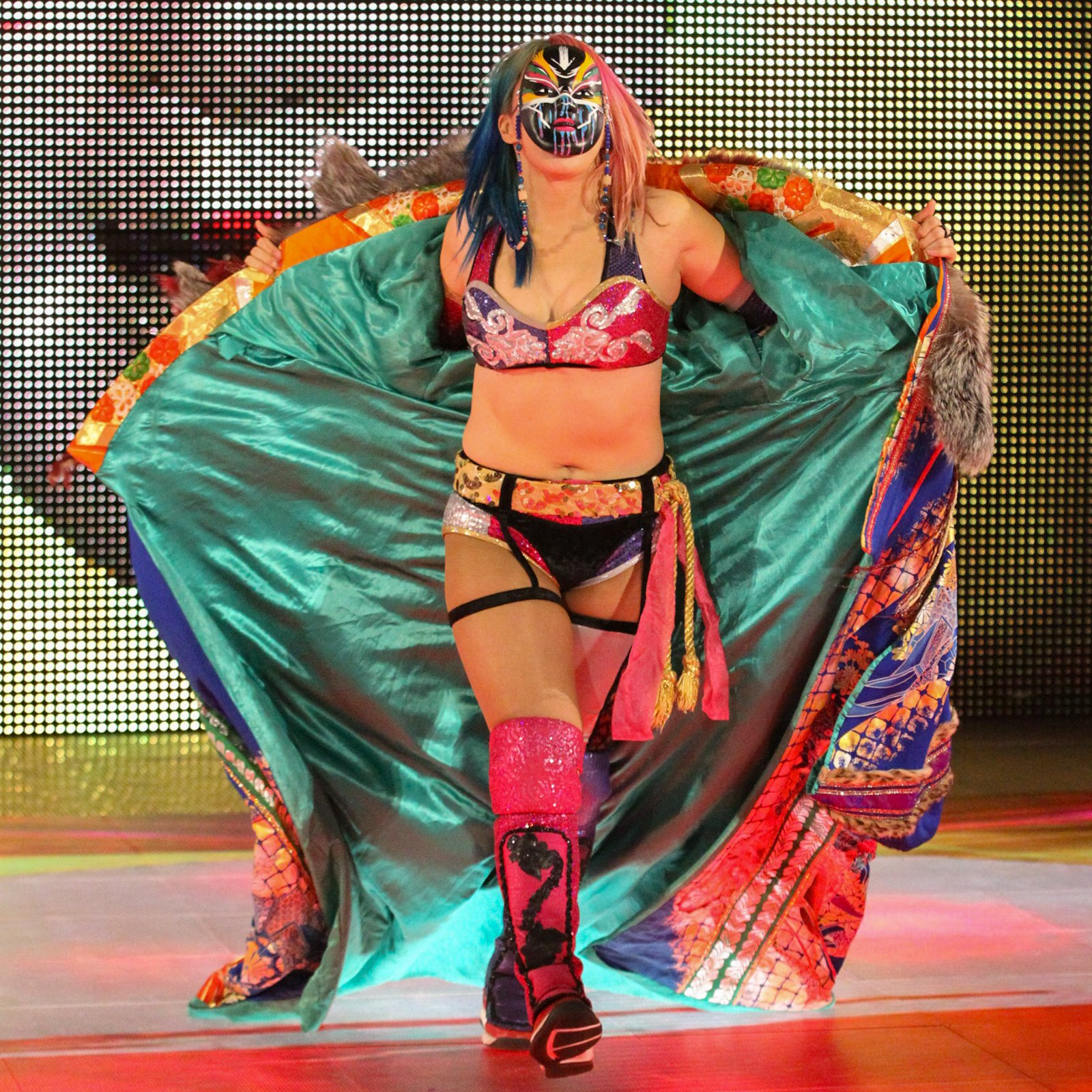 One week after winning a Battle Royal to earn a championship opportunity, Asuka hits the ring for the contract signing.