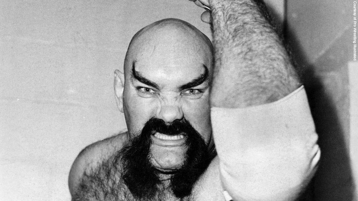 Ox Baker creó una apariencia aterradora con su bigote y cejas diabólicos.