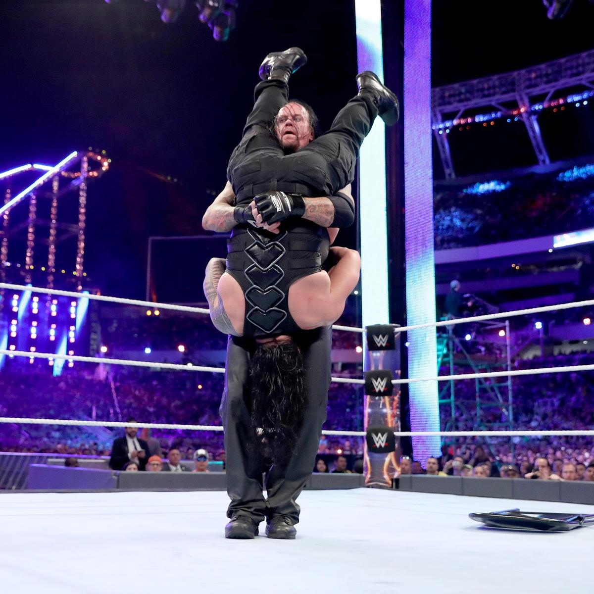 Undertaker menghadiahi Roman Reigns gerakan Pacak Nesan