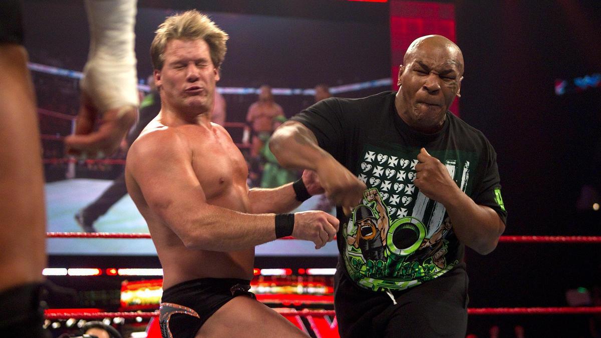 99. O convidado convidado Mike Tyson derruba Chris Jericho (11 de janeiro de 2010)