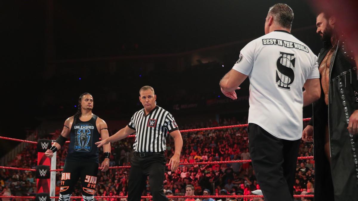 Shane se enfrenta al primo de Reigns, Lance Anoa'i.
