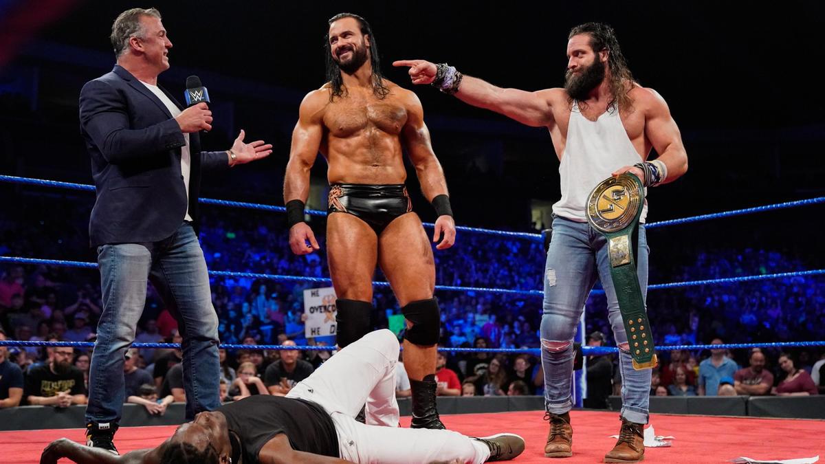 Â¡Shane pone a Elias y Drew McIntyre en un partido de equipo contra R-Truth y Roman Reigns para esta noche!
