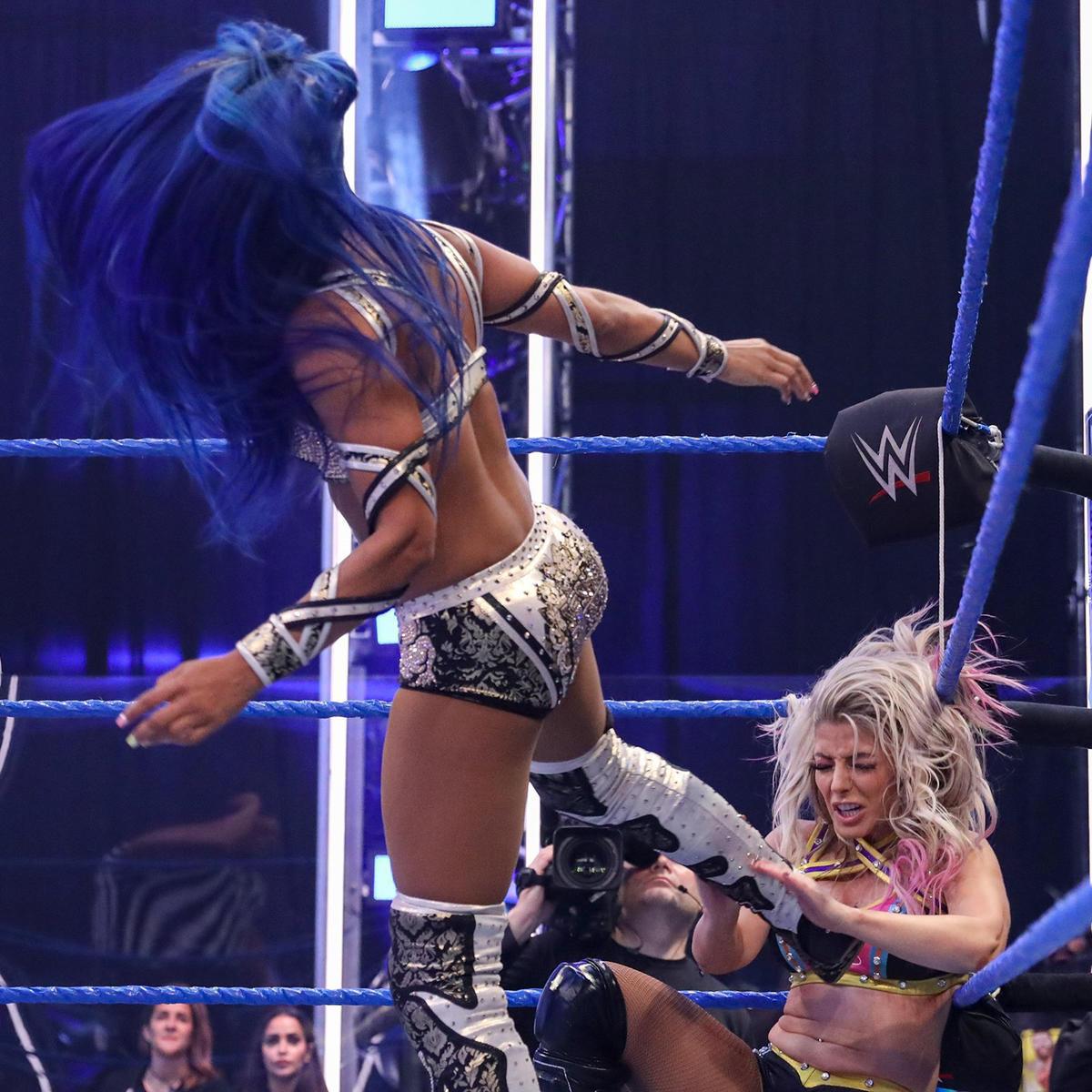 Sasha Banks & Bayley Becomes New WWE Woman's Tag Team Champions On Smackdown 2