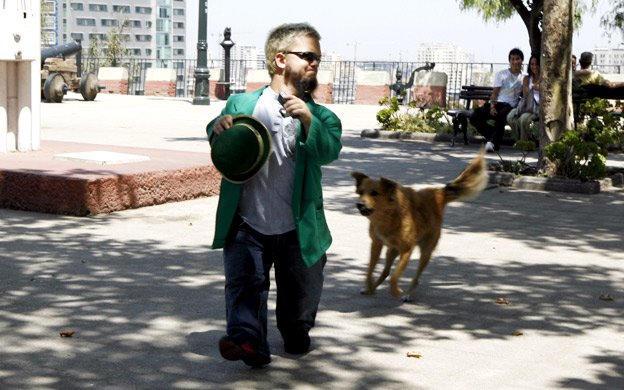 Hornswoggle se ejecuta como un perro da la persecución en las calles de Chile.