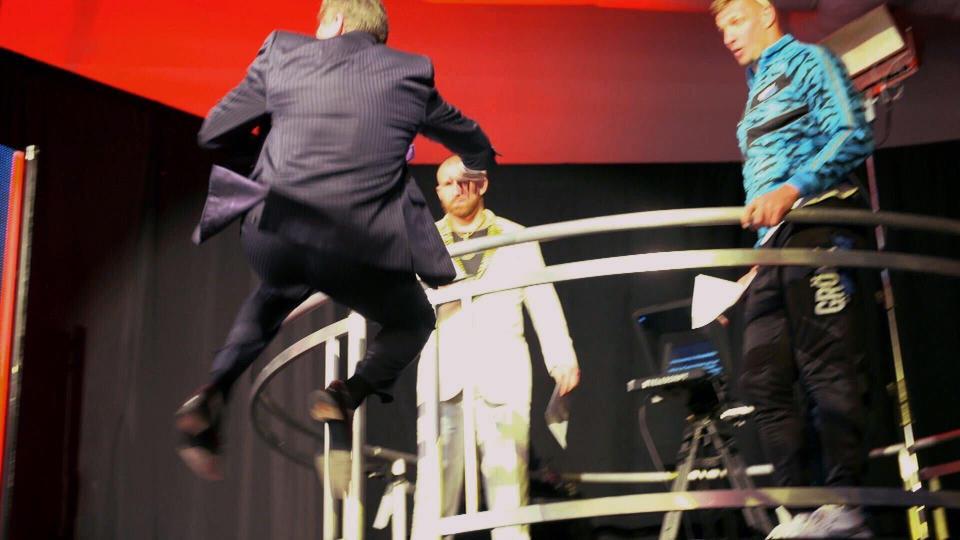 Vince McMahon saltou de estrutura de três metros de altura para encorajar Rob Gronkowski na WrestleMania 36