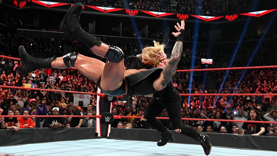 "Randy Orton aplica ""RKO"" em Beth Phoenix"