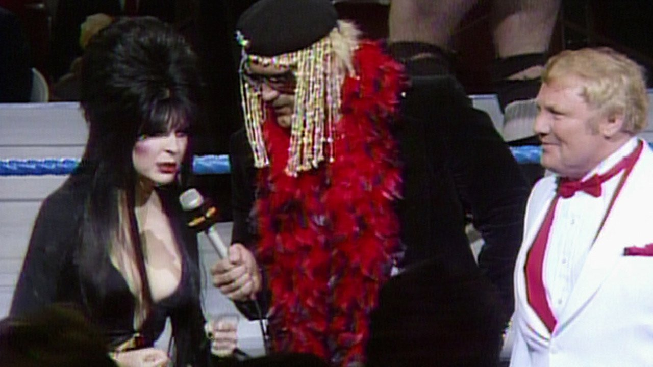 Elvira rejoint Jesse Ventura & Lord Alfred Hayes aux commentaires à WrestleMania 2